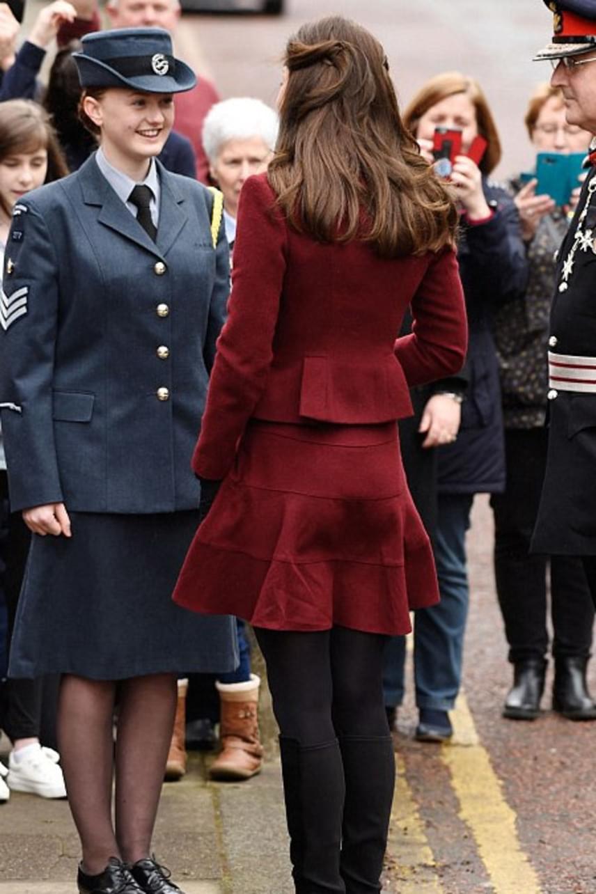 Mint egy iskoláslány az igazgatónő előtt! Ez a szett jó néhány évvel fiatalabbnak mutatja a hercegnét, ugyanis eléggé hajaz az iskolai egyenruhákra.