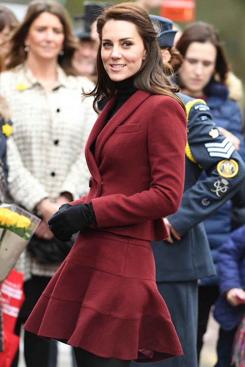 Pedig nagyon csinos volt a vörös szettjében - igazán kiemelte gesztenyebarna haját és bájos vonásait a darab.