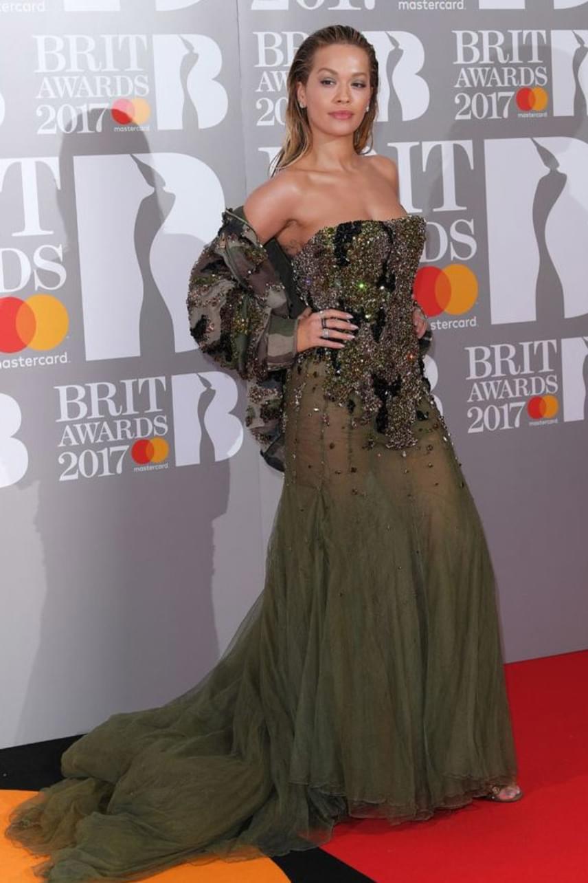 Rita Ora nem igazán találta el a hozzá passzoló színt, és hogy az a giccses boleró mi célt szolgál, azt végképp nem értjük.
