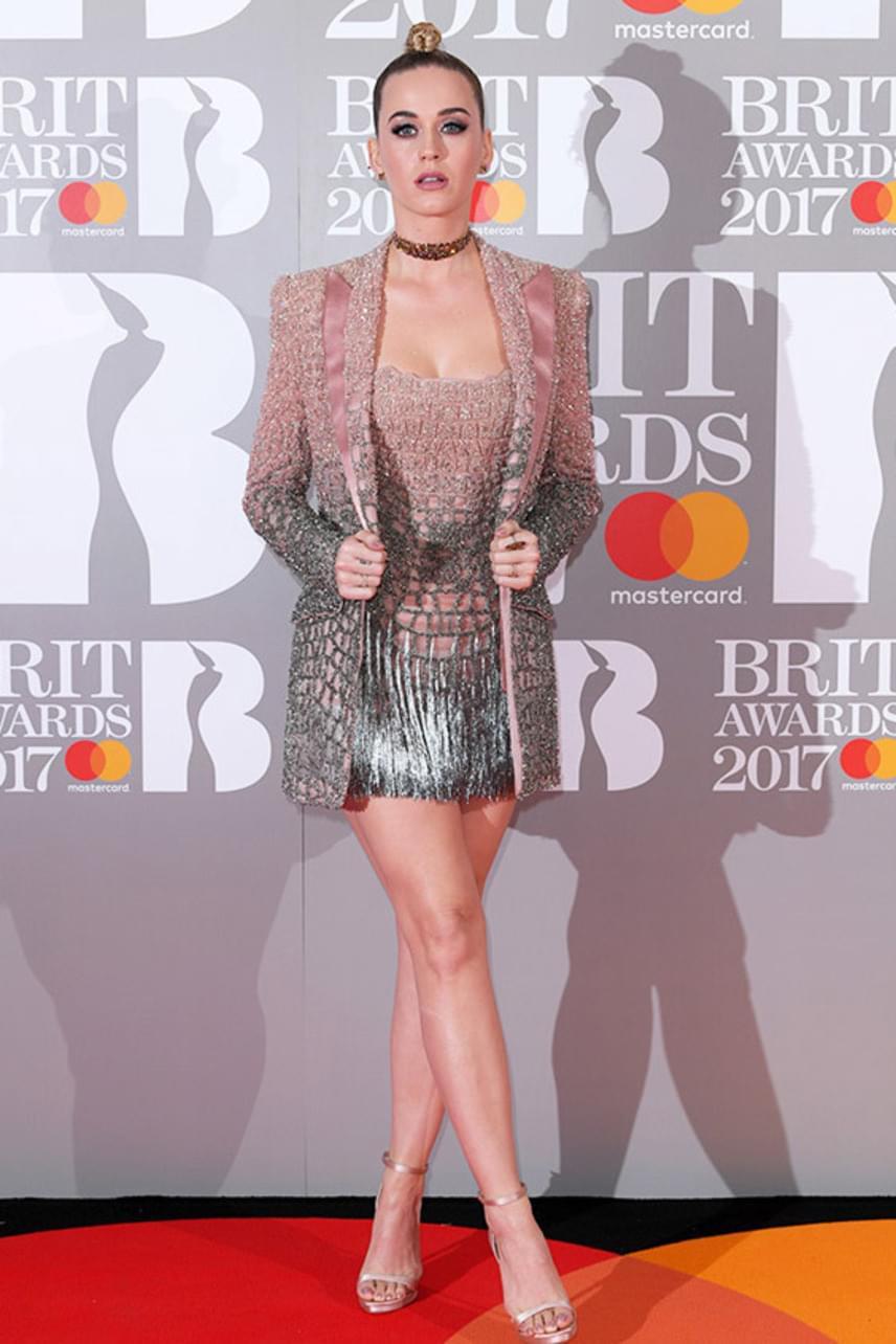 Katy Perryt iszonyúan sápasztja ez a púderrózsaszín szín, arról pedig nem is ejtünk szót, hogy ez a hajviselet mennyire nem áll jól neki.