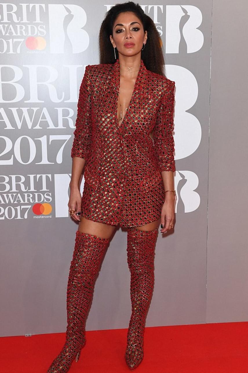A mindig gyönyörű Nicole Scherzinger sem választott okosan: ez a lyukas blézer-csizma kombináció elég furcsa hatást kelt.