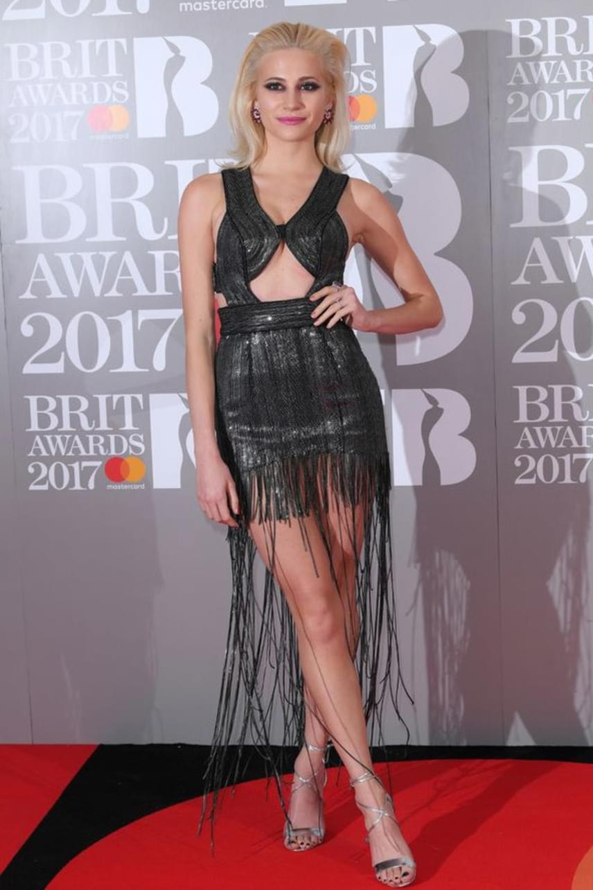 Mint egy különös gladiátornő - Pixie Lott inkább jelmezbálba készült, mint díjátadóra? A ruhája mellrésze különösen nem előnyös számára.