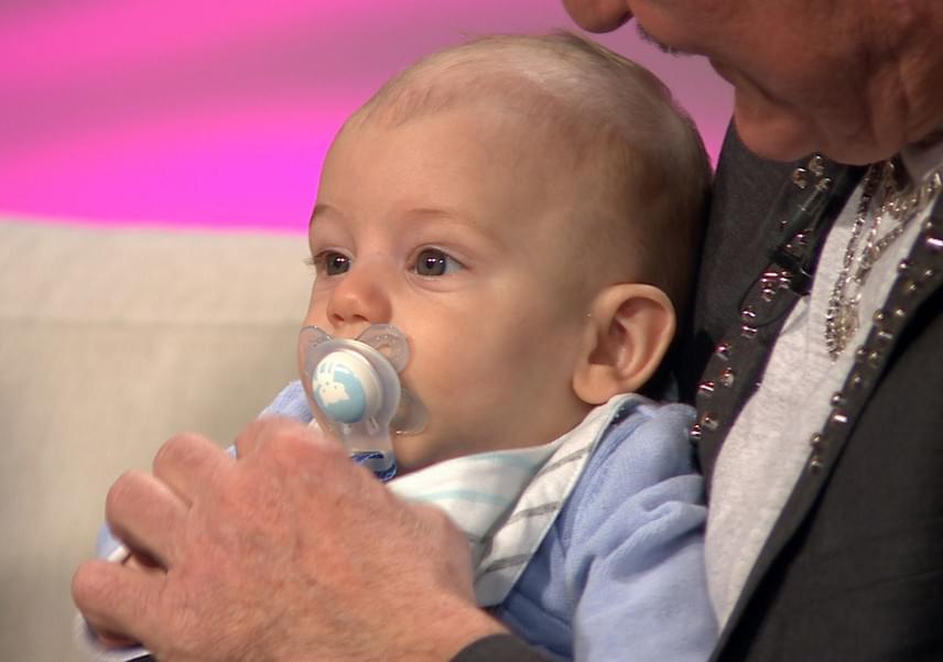 Dominik nyugodt kisbaba, az édesapja szerint nincs nehéz dolguk, ha mosolygós fotót szeretnének készíteni róla.
