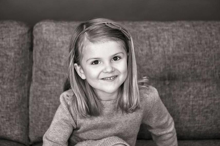 Már kész kis hölgy a mi kedvenc svéd hercegnőnk, bár szerencsére Viktória hercegné azok közé tartozik, akik a koruknak megfelelően öltöztetik a gyerkőceiket, így azért Estelle hajában is ott virít még egy kis masni.