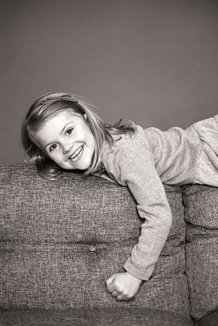 Igazi kis huncutsággolyó a kis Estelle, nem csoda, hogy a royalisták közül a személyisége miatt sokan Katalin kisfiához, György herceghez hasonlítják.