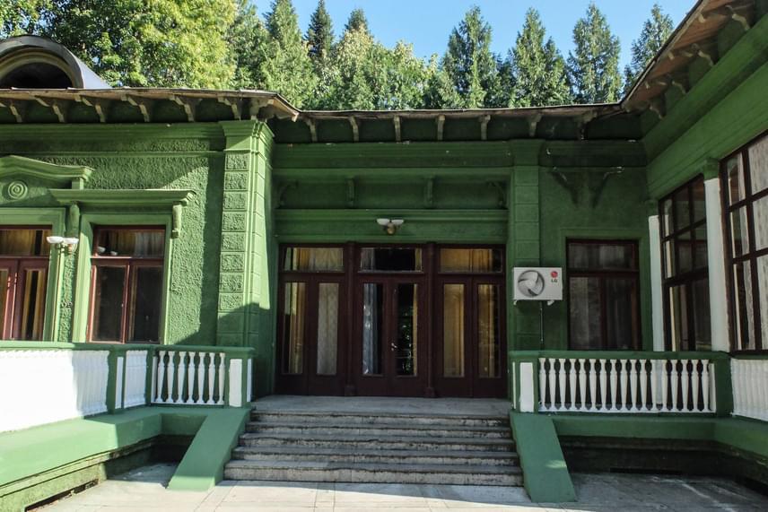 Sztálin erős paranoiája miatt számos ügyes óvintézkedés vette körül a dácsát. Az épületet csak egyetlen keskeny erdei úton lehetett megközelíteni, míg a fákkal sűrűn körbevett nyaraló zöld festést kapott, hogy csak nehezen lehessen észrevenni a lombok között.