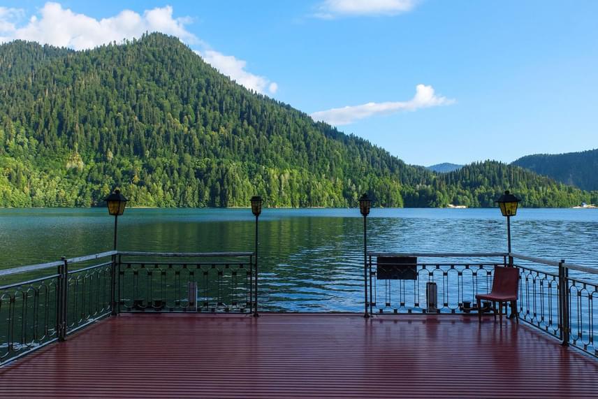 A teraszról fantasztikus kilátás nyílik a Rica-tóra, melynek hideg, kristálytiszta vize gazdag pisztrángokban, és a 116 méteres mélységet is eléri.