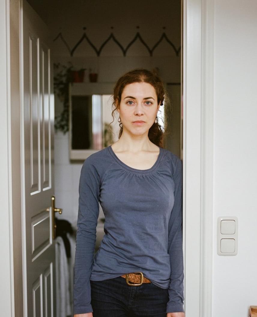 Ezen a képen elsőre nem látszik semmi különös, mint azonban a bulimia esetében, itt is érdemes mélyebbre nézni a látszatnál. A lány a fürdőszobaajtóban áll, melynek átlépése a bulimia miatt életének egyik legfőbb mozgatórugója, egyúttal határvonal a betegség és az egészséges élet között.