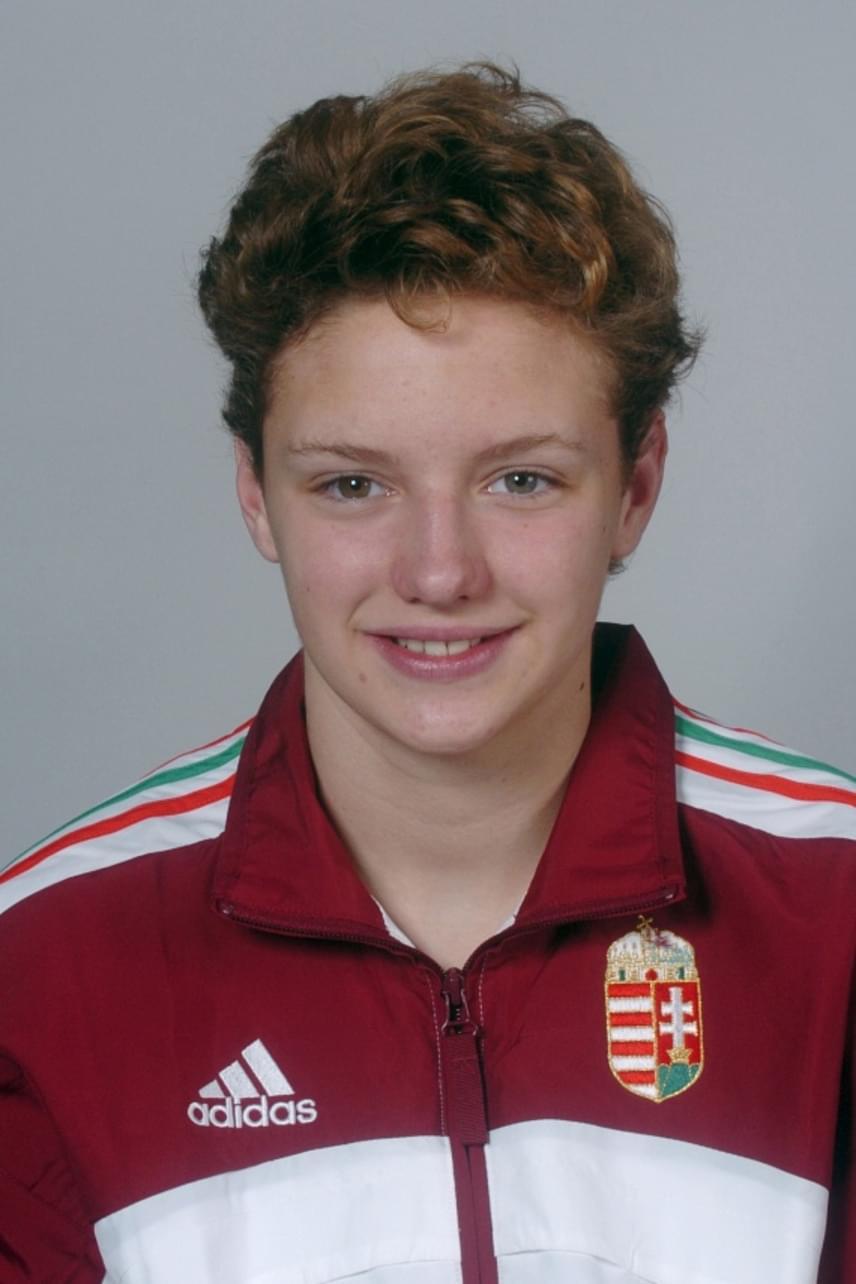 Ez a felvétel egy évvel korábban készült, amikor Hosszú Katinka a magyar úszóválogatott tagjaként utazott az athéni nyári olimpiai játékokra - 15 éves volt ekkor.