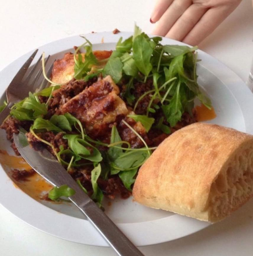 Ebben a svédországi fogásban lasagna szerepel zöld leveles zöldséggel és ciabattával.