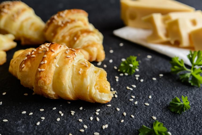 Sós, sajtos tekercsekHa villámgyorsan szeretnél egyszerű, de remek sütit prezentálni, válaszd a leveles tésztából készült formás kis tekercseket! A sajtos töltelék mellett érdemes sonkával is kipróbálni. Bő fél óra múlva már eheted is. A tetejére bármilyen magot szórhatsz. Nézd meg az elkészítés pontos menetét!