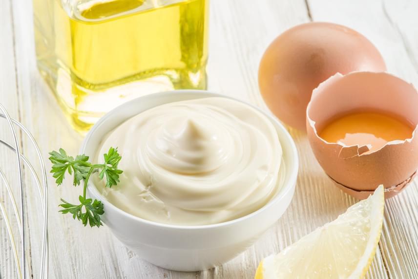Próbáld ki a majonézes-tojásos pakolást. A tojás az egyik legjobb hajnövesztő. Táplálja és hidratálja a hajat, és minden hajtípusra ajánlják. A majonéz összetevői - tojás, ecet, olaj - és a benne található L-cisztein aminosav is táplálja a fejbőrt, ami szintén a hajnövekedésben segít.Szükséged lesz két tojásra és öt evőkanál majonézre. Keverd össze a hozzávalókat egy tálban addig, amíg nem kapsz egy egységes állagot. Vidd fel a hajpakolást a tövekre, majd a hajvégekre, és hagyd hatni 20 percig. Öblítsd le, és mosd meg a hajad samponnal. Heti egyszer-kétszer érdemes alkalmazni.