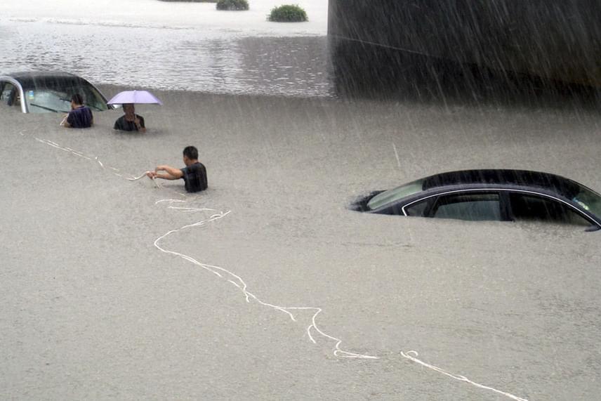 Az abszolút optimista az, aki mellkasig érő vízben is úgy gondolja, hogy az esernyő még megvédheti.