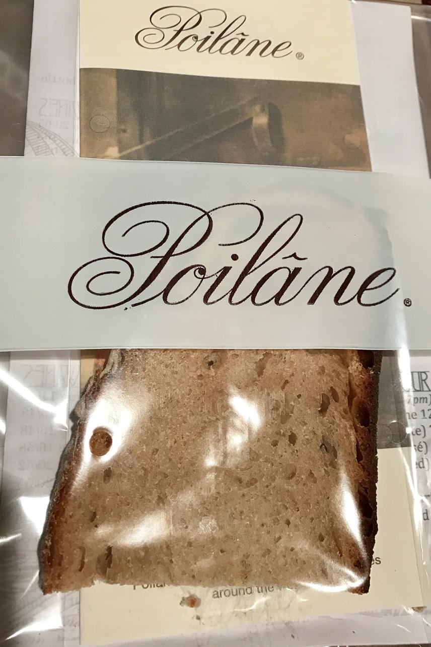 A legdurvább talán a csomagba rejtett kenyérszelet, ami 200 dollárt, azaz 58 ezer forintot kóstál. Ennél furcsább ajándékot mi még nem láttunk.