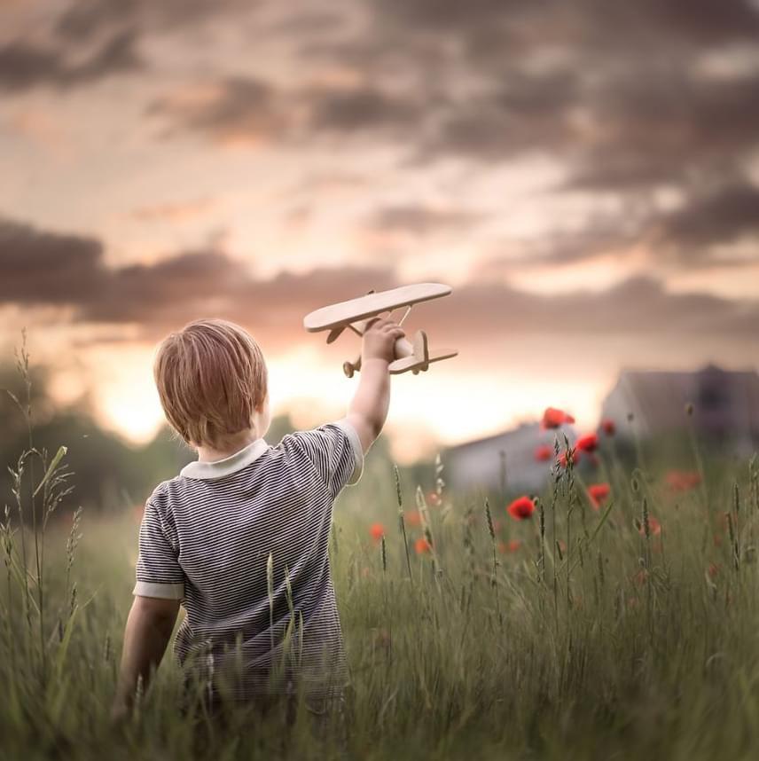 A fotós jellemzően hátulról fényképezi gyermekeit, ami miatt sokan támadják, azt állítva, felesleges olyan képeket csinálni, melyeken nem látszik az arc.