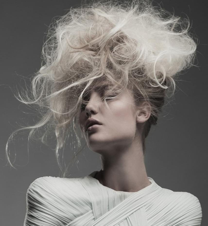 A korral a vékony szálú hajat nehezebb kicsit formázni is, viszont hiba lehet a túl sok volumennövelő. Egyrészről a haj minőségének se tesz jót a túl sok lakk, másrészről, míg a hullámos tincsek által akár pár évet biztosan letagadhat egy nő, a túl magasra tupírozott haj öregíti az arcot.