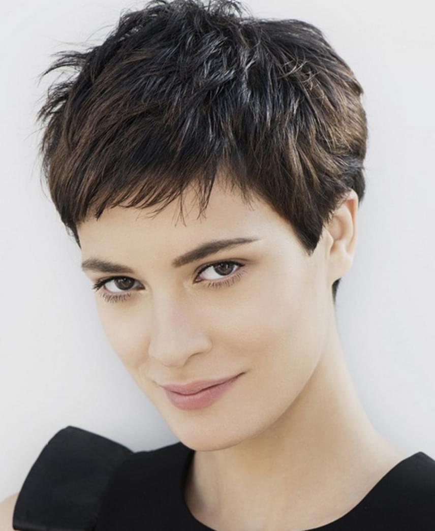 Nagyon nem mindegy, hogy milyen hosszú a hajad. Az arcformádhoz túl hosszú, vagy lelapult frizura biztosan nem segít fiatalosnak tűnni. A korral a haj egyre vékonyabb szálú lesz, ilyenkor érdemes rövid vagy félhosszú frizurákkal próbálkozni. Fontos, hogy milyen fazont választasz. A klasszikus formák idősítik az arcot, míg egy rövidebb, például pixie vagy egy jól megválasztott bob öt-tíz évet is fiatalíthat.
