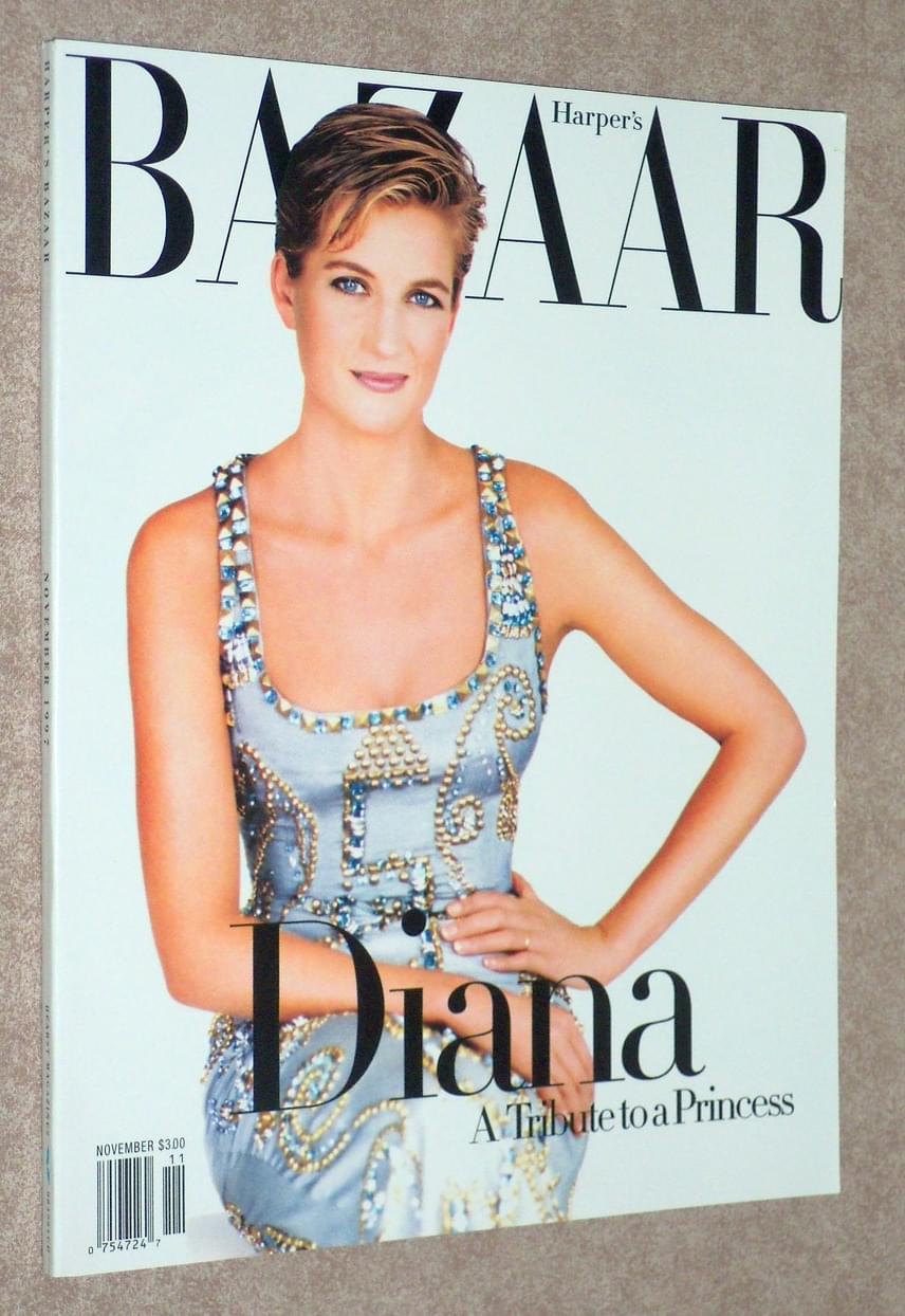 A Harper's Bazaar címlapján szerepelt ebben a kövekkel kirakott estélyi ruhában. A ruha remekül kiemeli kék szemeit, amik szinte ragyognak a fotón.