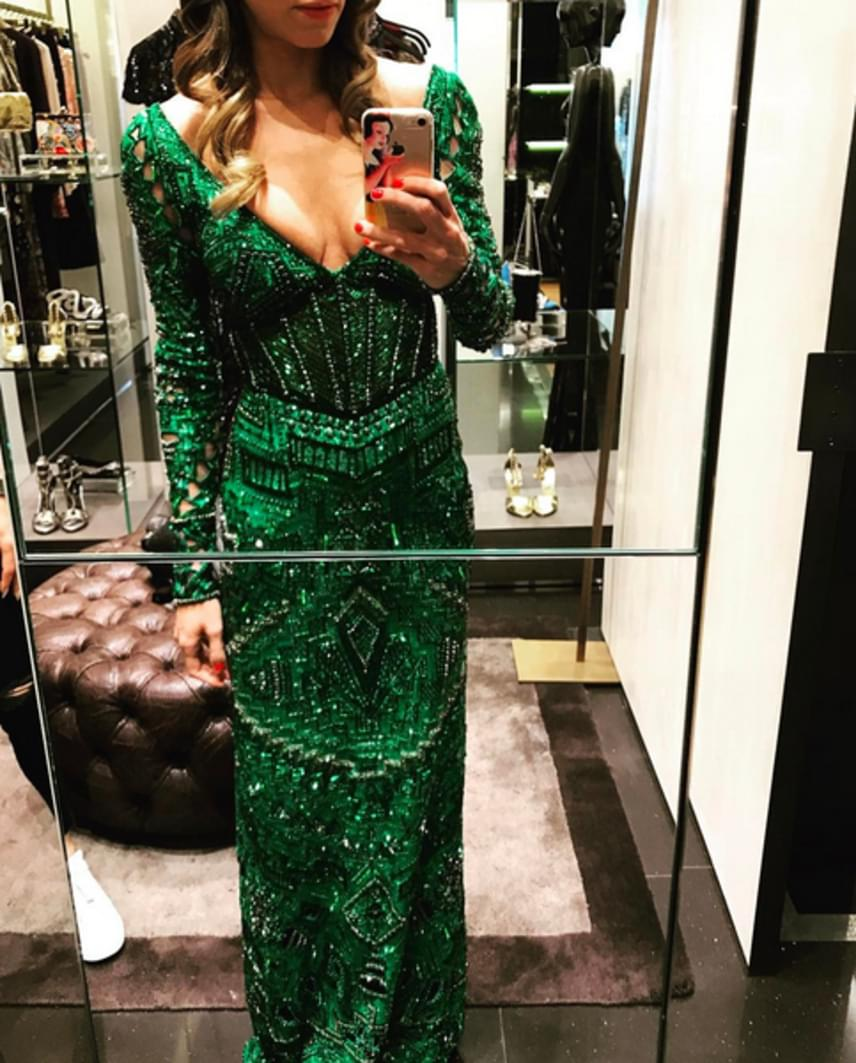 Erre a smaragdzöld Roberto Cavalli ruhakölteményre Los Angeles-ben csapott le Andy Vajna felesége. Bele se merünk gondolni, mennyibe kerülhet.
