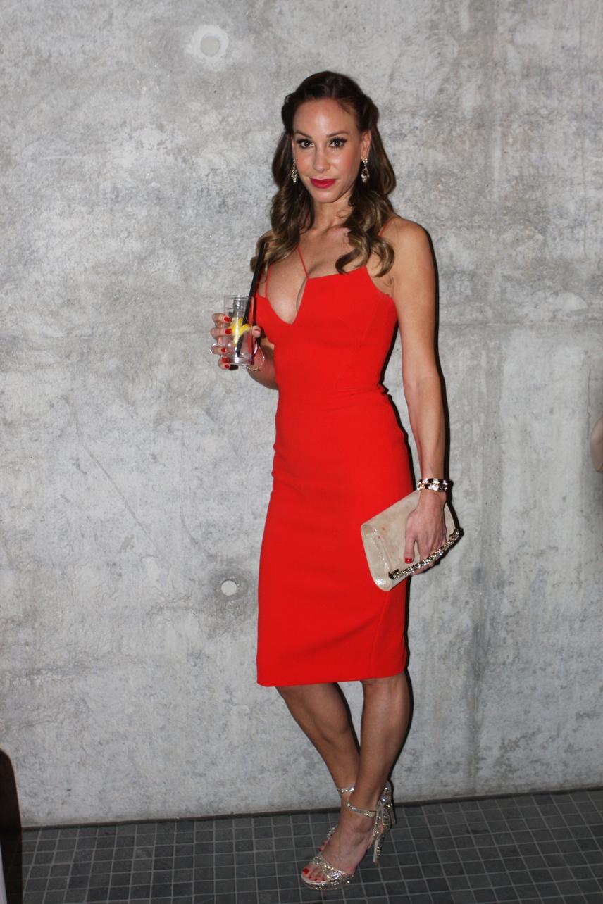 Ezt a gyönyörű piros ruhát Vajna Timi a 2016-os Glamour-gálán viselte, amit Victoria Beckham kollekciójából választott.