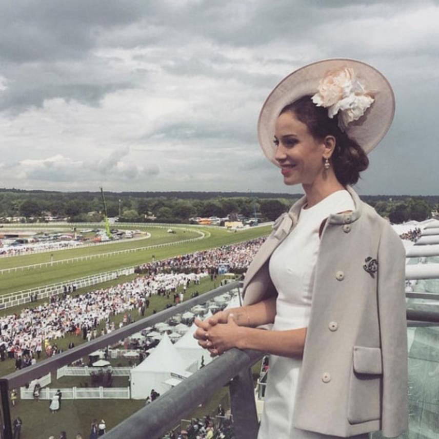 Vajna Timi ebben a Chanel-kosztümben és púderrózsaszín kalapban látogatott el a Royal Ascot derbire tavaly nyáron, a fejfedő Philip Treacy világhírű kalaptervező munkája.