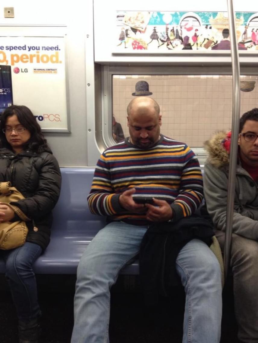 Ahogy a metrón utazó férfi számára is meglepetés lehet, hogy a tudta nélkül egy parányi kalap is került a fejére.