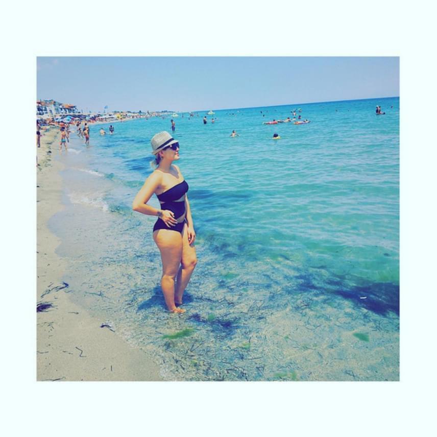 A fiatal színésznő görögországi nyaralásáról osztotta meg ezt a fotót rajongóival, és egyáltalán nem volt szívbajos az alakja miatt, amikor strandolni ment.