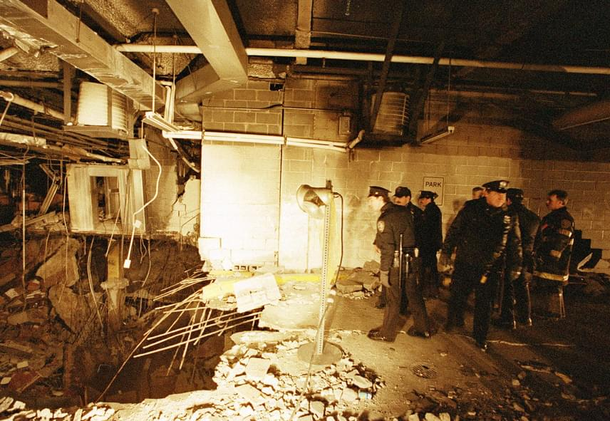 Az 1993-as merényletetelőször a New York-i zsidók által lakott városrészekben akarták véghezvinni, majd a terroristák mégis a World Trade Center északi tornya mellett döntöttek. Azt remélték, hogy az robbanás után rádől a déli épületre, amivel a halálos áldozatok száma akár a 250 ezret is elérheti.