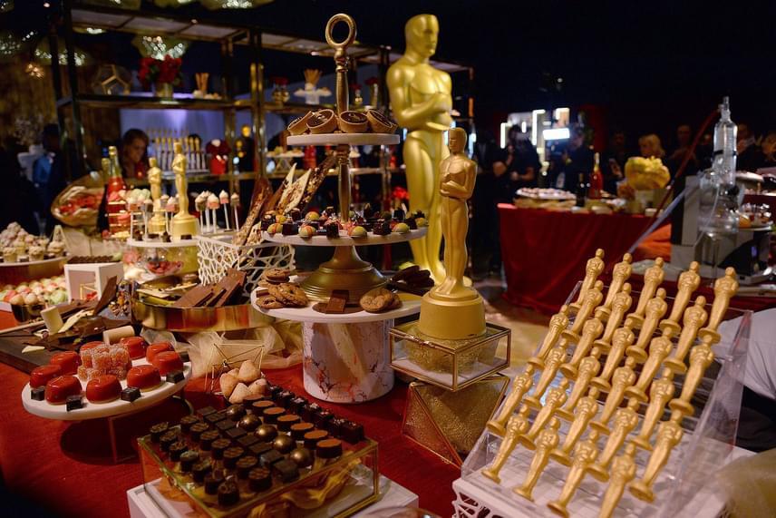 A desszertesasztal közepére kerültek az előbb említett Oscar-nyalókák, de találunk még különféle macaronokat, csokis kosárkákat, színes kis cupcake-eket és számos trüffelkülönlegességet.
