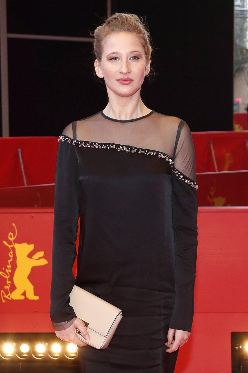 Tenki Réka így ragyogott a berlini filmfesztivál vörös szőnyegén, ahol a Testről és lélekről című film elvitte a fődíjat. Tenki Réka 2016-tól az Örkény Színház társulatának tagja.