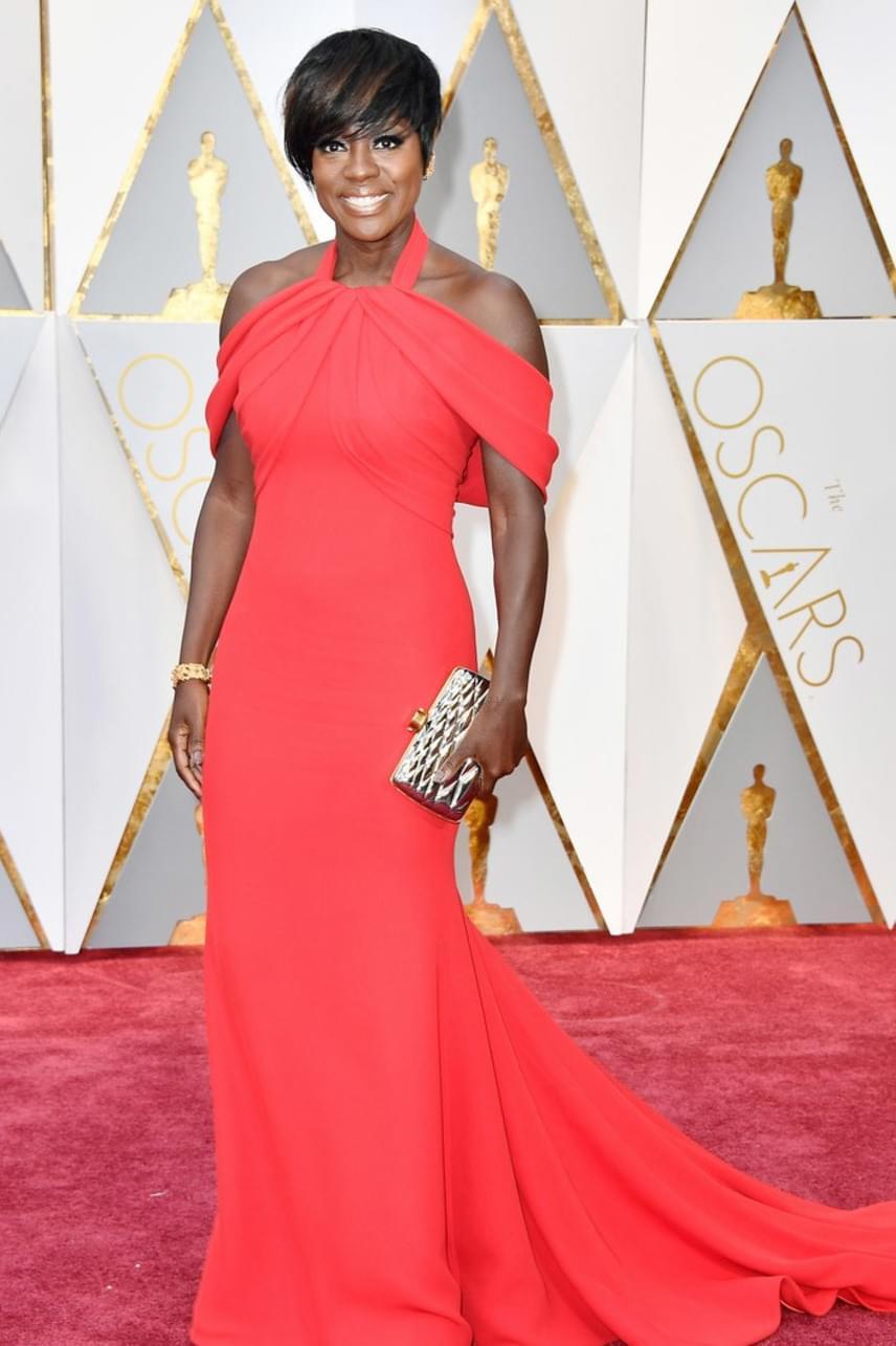 Viola Davis nemcsak az egyik legdögösebb híresség volt a gálán ebben a piros ruhában - még a legjobb női mellékszereplőnek járó díjat is bezsebelte.