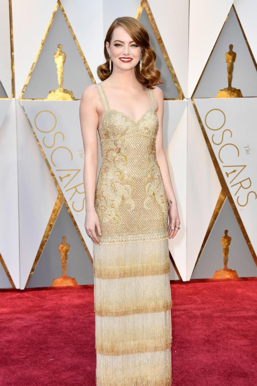 Emma Stone aranyszínű ruhája csak úgy vonzotta a tekinteteket - igazi hercegnőnek tűnt ebben a szűk estélyiben.