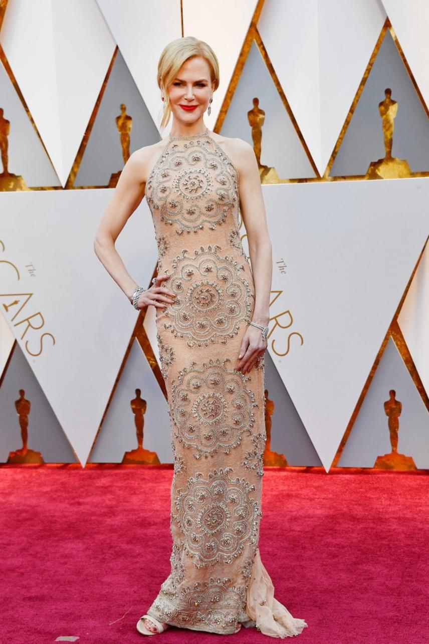 Nicole Kidman homokóra alakját ügyesen kiemeli ez a ruha: az arany és ezüst gyöngyök teszik igazán különlegessé az estélyit.