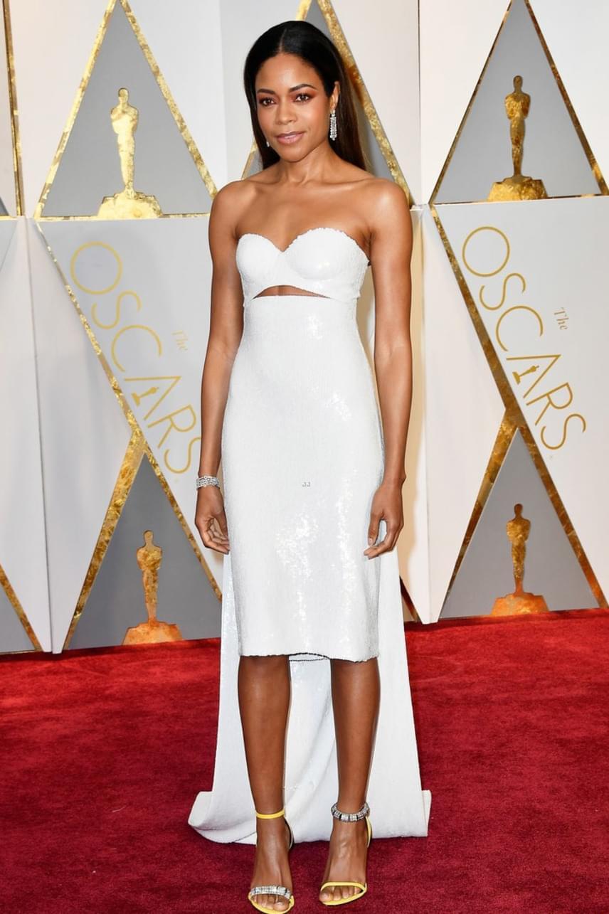 Naomie Harris nem rejtegette gyönyörű alakját - egy hófehér, extraszűk ruhában érkezett a gálára, amiben jól látszott, milyen vékony.