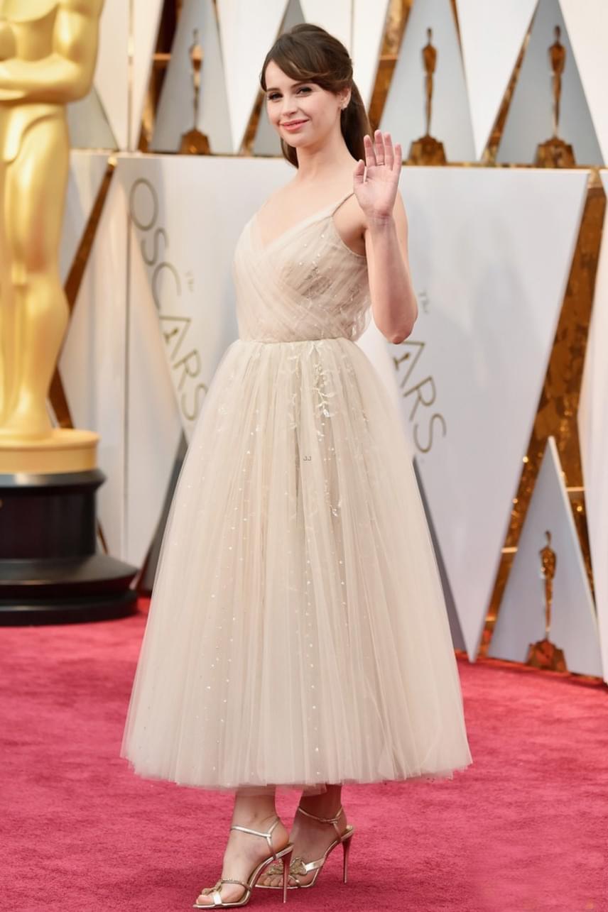 A Zsivány Egyes sztárja, Felicity Jones is az egyszerűségre törekedett: ebben a ruhában úgy fest, mint egy gyönyörű porcelánbaba.