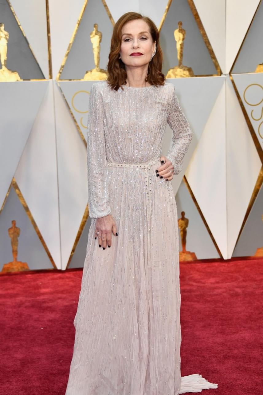 Isabelle Huppert maga az elegancia - a 63 éves francia színésznő egy gyönyörű, kristályokkal díszített estélyiben érkezett a gálára.