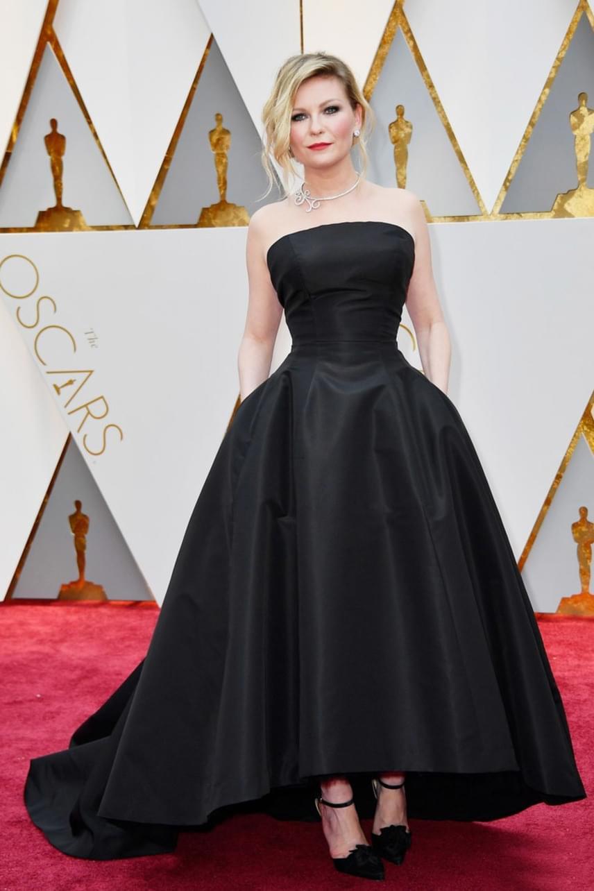 Kirsten Dunst fekete estélyi ruhája mellett nem lehetett szó nélkül elmenni - nem mindennapi választás volt a gálára.