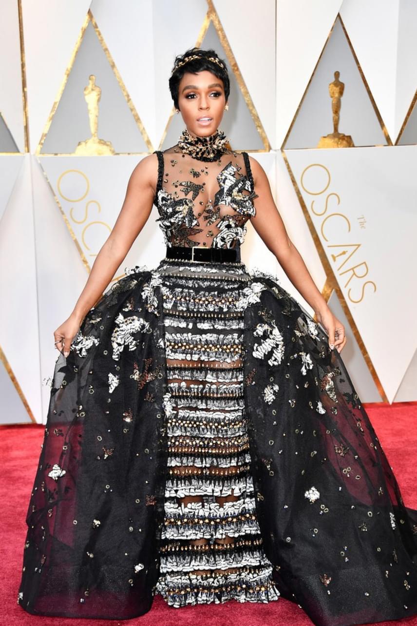 Habár hatalmas ruhát viselt Janelle Monáe, igazándiból mégsem takarta sok minden a testét - a szoknya és a felső áttetsző betétei miatt elég bevállalósra sikerült a szettje.