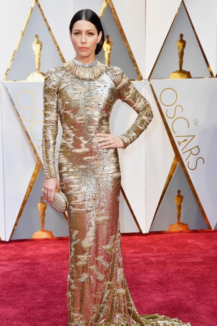 Jessica Bielnek sem jött be az arany ruha: a színésznő kelletlenül feszeng ebben a szűk ruhában, amit a designernek ráadásul teljesen felesleges volt még egy plusz nyaki dísszel feldobni.