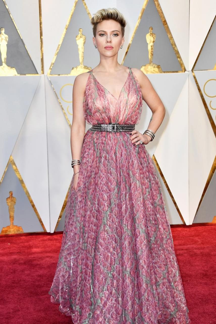 Scarlett Johannsont nem véletlenül választották meg többször is a világ legszebb nőjének, azonban ez a ruha még rajta sem áll tökéletesen. Az övvel pedig olyan összhatást kelt, mintha buliba menne, nem a legnagyobb filmes gálára.
