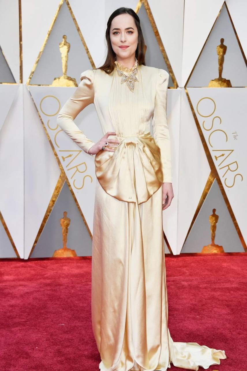 A szürke ötveny árnyalata sztárja, Dakota Johnson egy nagymamás stílusú, aranyszínű ruhába bújt, amin ráadásul egy hatalmas szaténmasni is díszelgett hastájon. Melanie Griffith lányára bizony ráférne egy stylist!