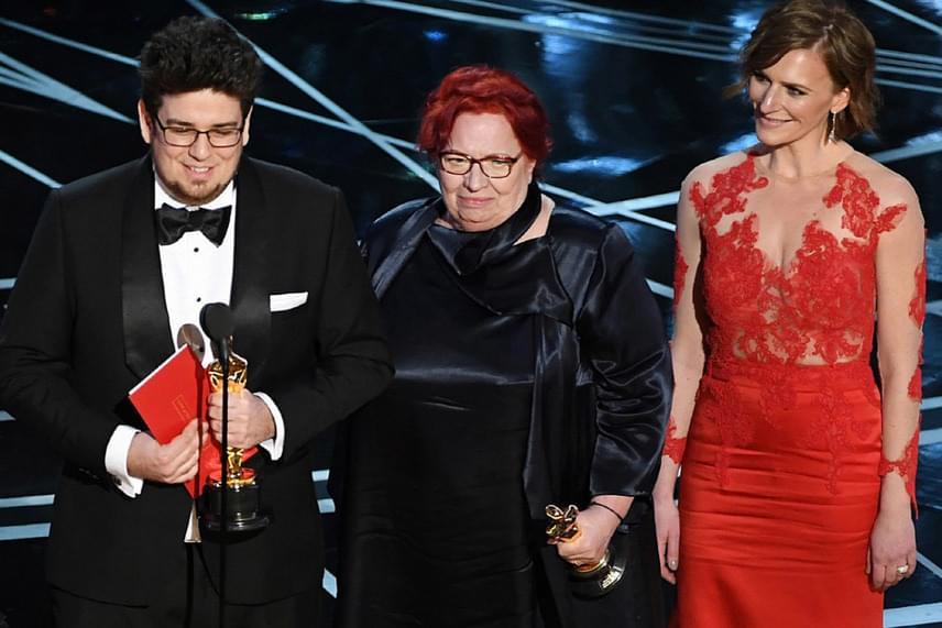 Deák Kristóf rendező, Udvardy Anna producer és Szamosi Zsófia színésznő, a Mindenki felnőtt főszereplője az Oscar-gála színpadán - gyönyörű volt a Sármán Nóra által tervezett estélyiben.