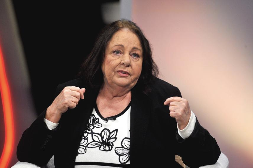 Jó eséllyel Csomós Mari is a nemzet színésze lehet, ha bizalmat szavaznak neki a jelenlegi tagok. Nagyon megérdemelné, hiszen a 73 éves színésznő 1964 óta szerepel a színpadon, de játék- és tévéfilmekben is számtalanszor bizonyította már tehetségét.