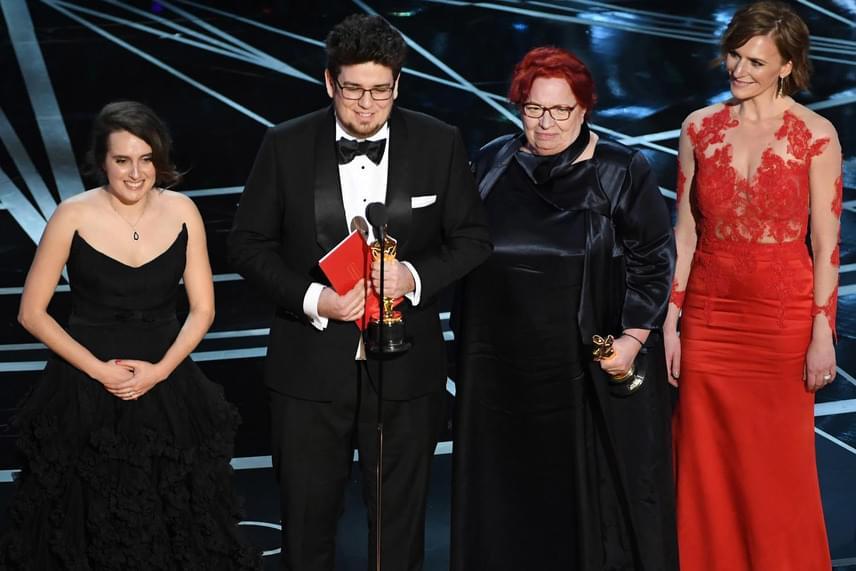 Nina Kov, Deák Kristóf, Udvardy Anna producer és Szamosi Zsófia, a Mindenki felnőtt főszereplője az Oscar-díjkiosztó színpadán.