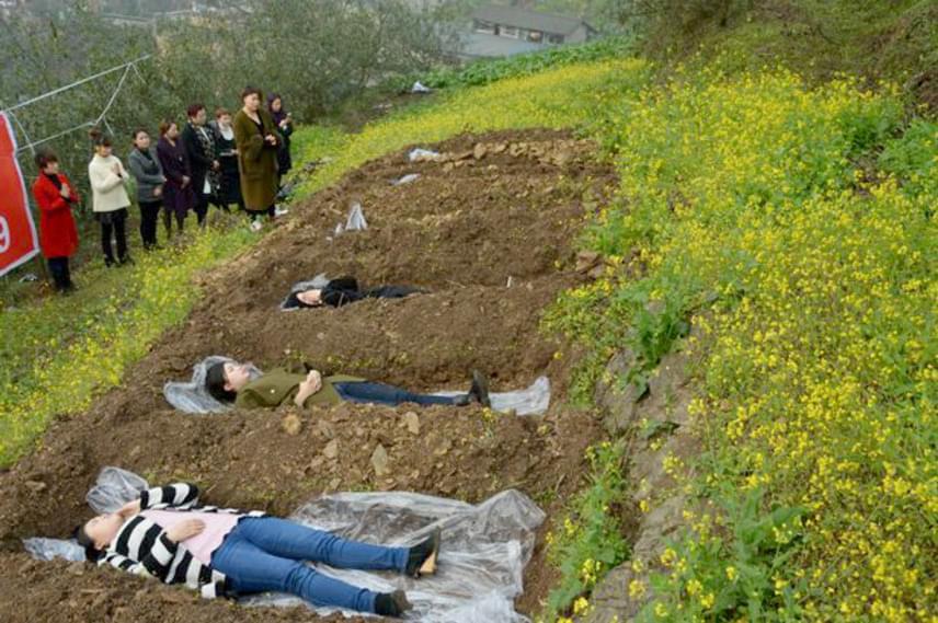 A szertartás során a kezelés alanyai előre kiásott, sírokat szimbolizáló gödrökben fekszenek, amíg a hozzátartozóikból és gyógyultakból álló gyászolók körülveszik őket.