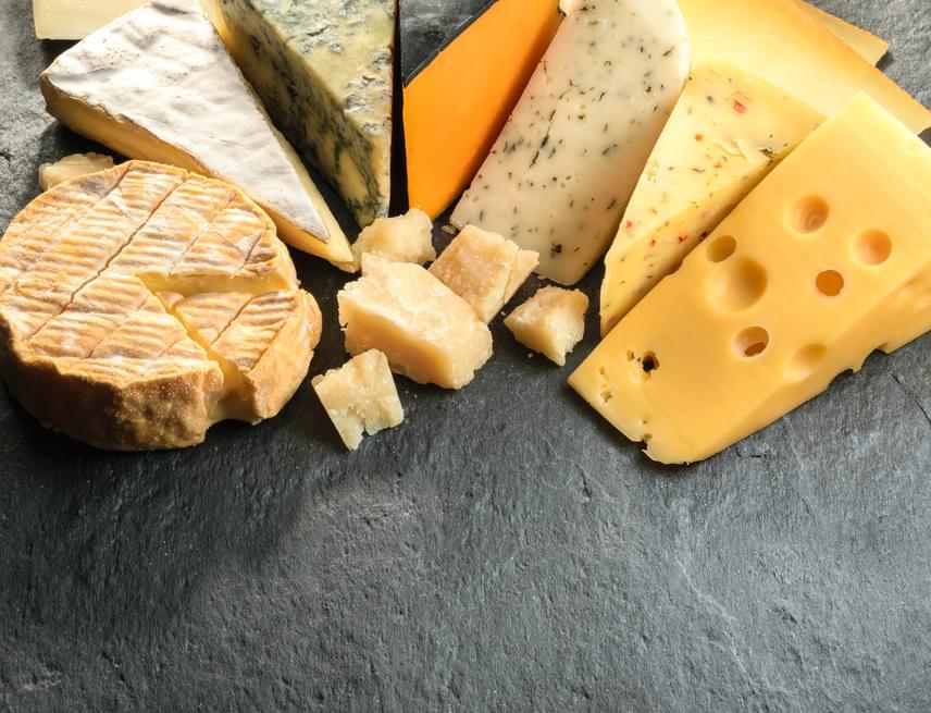 A sajtban sok zsír - és gyakran só - társaságában található meg a kazein, azaz a tejfehérje, melyre az emberi szervezet sajátos reakcióval válaszol. Ennek a folyamatnak a célja, hogy a csecsemőkben növelje az anyatej fehérjéi után a vágyódást, így elég táplálékhoz jussanak, ám sajnos ez sokaknál felnőttkorban is működik, így a sajt hozzájárul, hogy még több sajtot kívánj, melynek azonban túlzottan magas a kalóriatartalma ahhoz, hogy a fogyókúra alatt sokat ehess belőle.