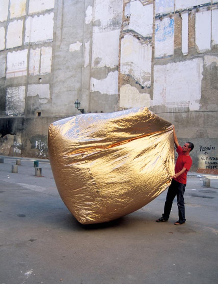 Amikor ugyanis valaki előveszi a tárgyat, csak rázogatnia kell, hogy a sátorszerű ház megteljen levegővel, és egy kocka alakot vegyen fel. Ekkor válik alkalmassá a használatra.