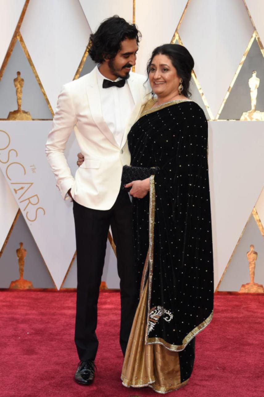 Dev Patel és édesanyja, Anita elbűvölő párost alkottak a gálán - a sztárok többsége nem is állta meg szó nélkül, odamentek, és megölelgették a színész édesanyját is, aki boldogabb nem is lehetett volna.