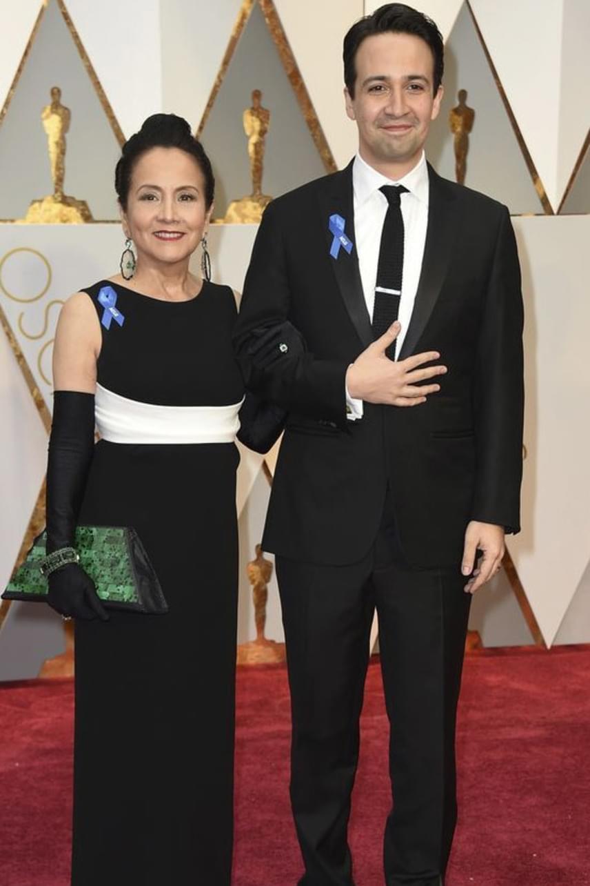 A Hamilton musical atyja, Lin-Manuel Miranda és anyukája még össze is öltöztek a vörös szőnyegen - le sem tagadhatnák egymást.