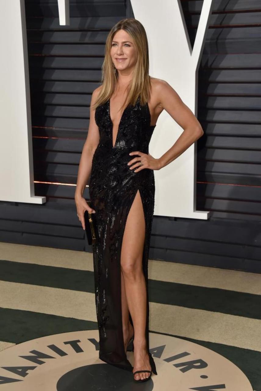 Jennifer Aniston ritkán mutat ilyen sokat magából: a színésznő egy mélyen kivágott és magasan felsliccelt estélyiben mutatta meg, hogy közel az 50-hez is iszonyúan szexi.